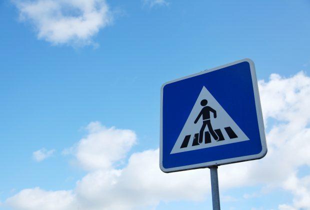 Jak zgodnie z prawem postawić znak drogowy na drodze, terenie prywatnym